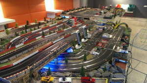 Am descoperit un circuit de Slot Cars in birourile Deutsche Bank Romania